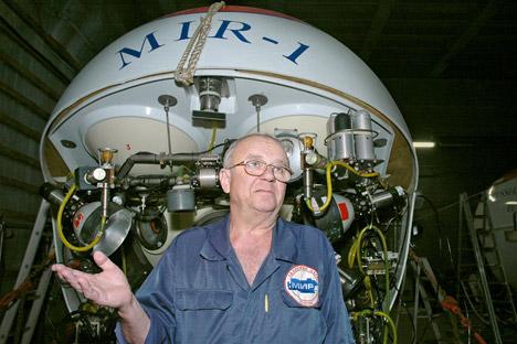 Anatoly Sagalevitch, explorateur de l'océan, près du sous-marin de recherche Mir-1. Crédit: Itar-Tass