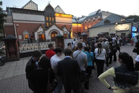 Les gens font la queue pour entrer à la galérie Trétiakov. Crédit photo: RIA Novosti