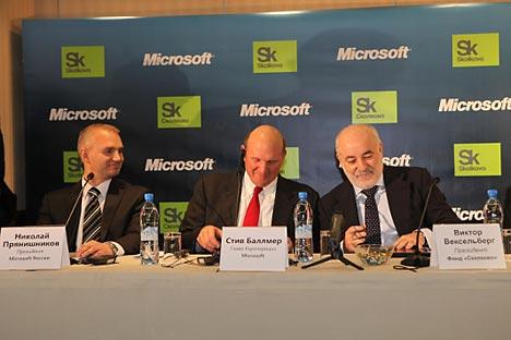 De gauche à droite: le président de Microsoft Russia Nikolaï Prianichnikov, le CEO de Microsoft Steve Ballmer et le président exécutif de la Fondation Skolkovo Viktor Vekselberg. Source: Microsoft / Press Photo