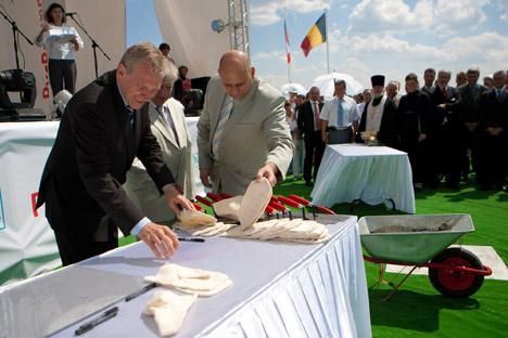 L'ancien Premier ministre Y. Leterme inaugurant une coentreprise belgo-russe à Nijni Novgorod en 2010. Crédit photo: Solvay