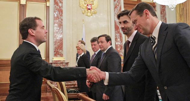 Le Premier ministre Dmitri Medvedev serre la main d'Alexandre Novak lors de la première réunion du nouveau gouvernement. Crédit photo: Ekaterina Shtukina / RIA Novosti