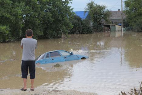 Les routes sont détrempées, les lignes de téléphones suspendues. Crédit photo: Itar-Tass
