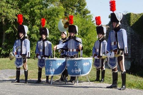 Colback à plumet rouge, dolman bleu de ciel à brandebourgs, charivari brun et bottes. C'est la copie conforme de l'uniforme des troupes napoléoniennes lors de la campagne de Russie. Source: Service de presse