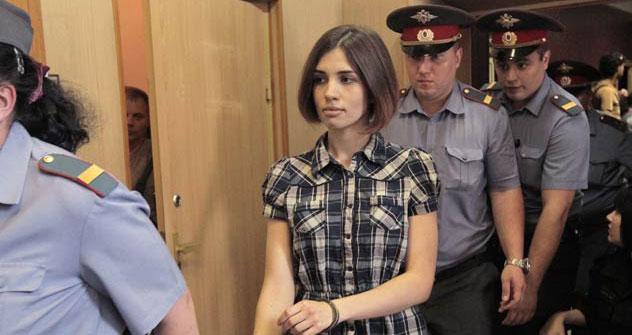 Trois membres du groupe avaient été arrêtés (de g. à dr.) : Ekaterina Samoutsevitch, Nadejda Tolokonnikova et Maria Alekhina. La durée de leur détention a été plusieurs fois prolongée. Crédit photo: Reuters / Vostock Photo