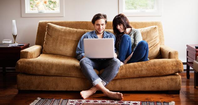 """Das """"Couchsurfing"""" bietet durchaus die Möglichkeit, durch die Welt zu reisen, ohne das eigene Sofa zu verlassen. Foto: Getty_Images / Fotobank"""