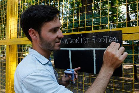 Florian Rivière a préparé lui-même un véritable tableau afin de compter les points pour le football situationniste. Il a été réalisé à base de planches recouvertes de peinture pulvérisée. Crédit photo: Vadim Kantor