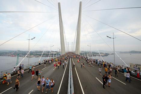Des milliers de citadins ont profité de la possibilité de se promener sur un ouvrage d'art grandiose et de prendre des photos en souvenir. Crédit photo: Reuters/Vostock Photo