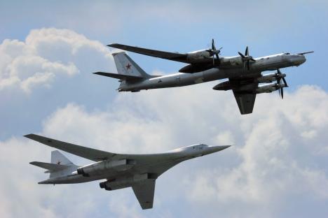 Les bombardiers stratégiques Tu-160 (à g.) and Tu-95 (à dr.) lors de la fête à l'occasion du centenaire des Forces aériennes russes. Crédit photo: Itar-Tass