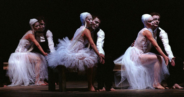 Scène du spectacle «Les Noces» mis en scène par le chorégraphe belge Stijn Celis. Crédit photo: Roland Lorente / Grands Ballets