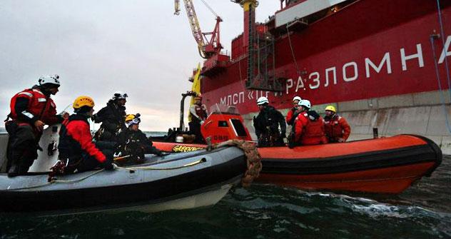 Les activistes de Greenpeace s'approchent de la «Prirazlomnaia» sur un bateau à moteur. Crédit photo: Greenpeace