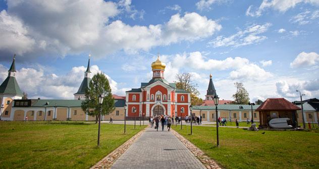 Les hauts murs rouges du Kremlin abritent Sainte-Sophie, le plus ancien sanctuaire en pierre de taille de Russie, construit entre 1045 et 1050, soit un siècle avant Notre-Dame de Paris. Crédits photo: Ricardo Marquina Montañana