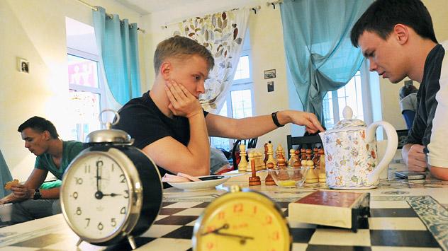 Le concept du café Tsiferblat (Le cadran) est «le temps, c'est de l'argent». Ici on paie le temps que l'on y passe. Deux roubles la minute. Crédit photo: Kommersant