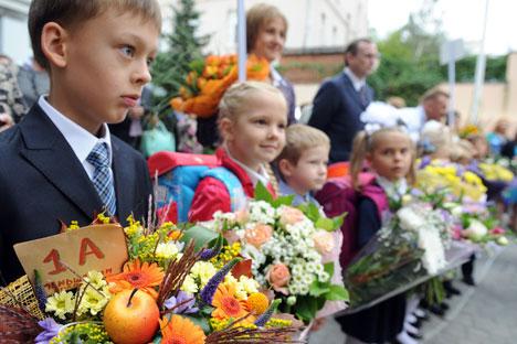 Les fleurs et les rubans constituent des accessoires inhérents à cette fête. Crédits photo: ITAR-TASS