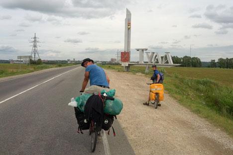 Deux des trois compagnons qui ont découvert à vélo les lieux parcourus par Lev (Léo) Tolstoï. Crédit photo: Moritz Gathmann