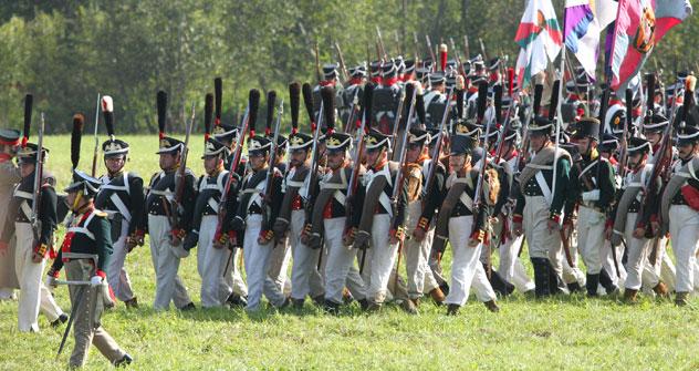Alors que quelque 200 000 spectateurs étaient massés aux abords du champ de bataille, 3000 amateurs d'histoire militaire ont enfilé l'uniforme de l'armée impériale russe pour les uns, celui de la Grande Armée française pour les autres. Crédits photo