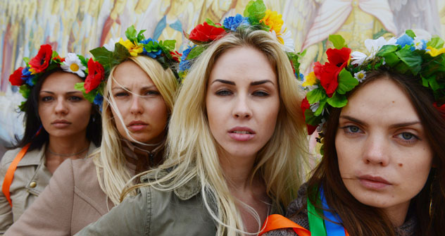 Anna, Yana, Alexandra et Oksana devant une fresque de la cathédrale Mikhaelovski de Kiev. Crédits photo: Sergueï Kozmin