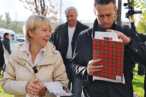 Evguenia Tchirikova, candidat au poste de maire de Khimki, et Alexeï Navalny. Crédit: Kommersant