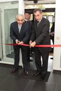 L'ambassadeur de Russie en Belgique, Alexandre Romanov (à droit) inaugure le centre Centre de Visas pour la Russie. Crédit: Gueorgui Kouznetsov