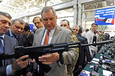 Les exportations d'armements russes ont dépassé 5,03 milliards d'euros au cours du premier semestre de l'année 2012. Sur la photo, le vice-Premier ministre russe en charge du complexe militaro-industriel Dmitri Rogozine. Crédit: Itar-Tass