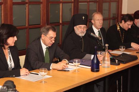 De g. à dr.: Ella Bondareva, présidente de la Fédération des organisations russes; l'ambassadeur de Russie en Belgique Alexandre Romanov; l'archevêque Simon; Valery Rounov, représentant de Rossotroudnitchestvo en Belgique et au Pays-Bas, l'archiprêtr