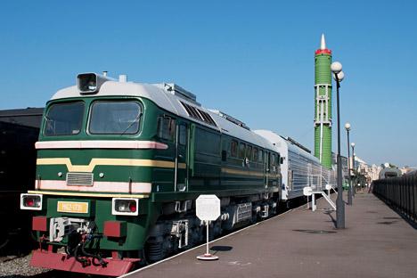 Le Système de missiles militaires ferroviaires se présente comme un train de deux à trois locomotives et de voitures spéciales, qui abrite le transport et le conteneur de lancement avec des missiles balistiques intercontinentaux. Crédit: Lori/Legion