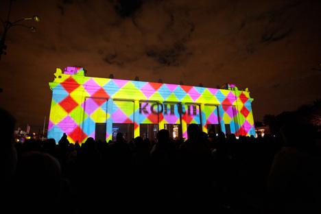 Le festival se déroule dans plusieurs endroits clés du centre ville dont la place Rouge, la place du Manège, le parc Gorki. Sur la photo, les portes à colonnades de parc Gorki. Crédit: Elena Potchetova