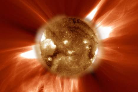 Grâce à sa haute résolution angulaire, Radioastron permet un examen détaillé des objets cosmiques lointains. Source: NASA