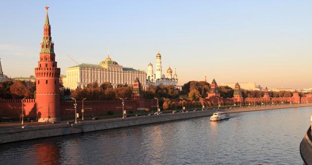 Depuis le grand pont au-dessus de la Moskova, vous pouvez découvrir une vue époustouflante sur le Kremlin, sa muraille de briques rouges et ses cathédrales aux bulbes d'or. Crédit: Lori/Legion Media