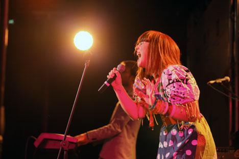 Bien que révélée grâce au monde formaté de la télévision, la chanteuse à l'accent du Sud, a fait le choix de chansons décalées à son image, empreintes d'ironie et d'humour noir. Source: InterMedia