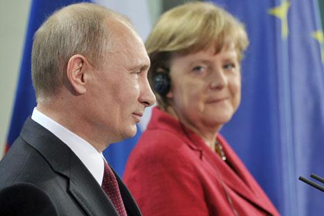 Le président russe Vladimir Poutine et la Chancelière fédérale de l'Etat allemand Crédit lors du Dialogue de Saint-Pétersbourg.Crédit: Itar-Tass
