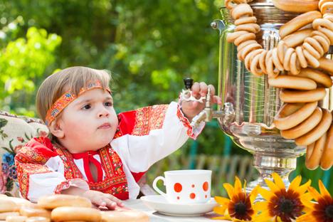 En Russie, on accompagne souvent le thé de zestes de citron, de miel, de baranki (petits biscuits en forme d'anneaux) ou de noix.  Crédit: Lori/Legion Media