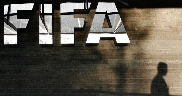 La FIFA abordera le problème au cours de sa première session en 2013 et changera probablement les règles pour toutes les ligues du monde. Crédit: AP