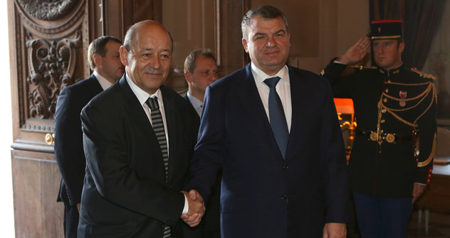 Jean-Yves Le Drian et Anatoli Serdukov. Source: Service de presse