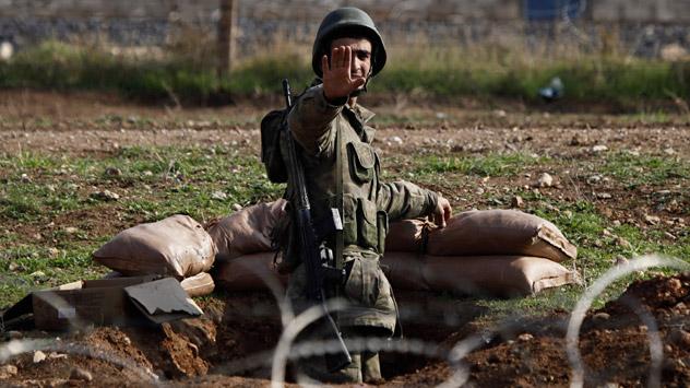 Ceylanpinar, Turquie, province de Sanliurfa, 24 novembre:Le soldat turc demande aux journalistes de reculer. Crédit: Reuters/Vostock-Photo