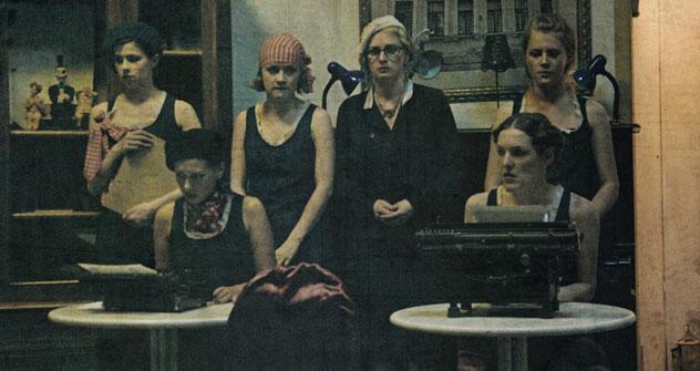 Les comédiennes enfilent leurs robes début XXe siècle. Crédit: Viatcheslav Vazioulia