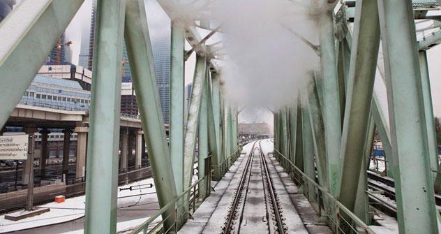 Les roues de la locomotive Er 774-38 martèlent la voie le long des entrepôts et des bâtiments industriels. Crédit: Oleg Serdetchnikov