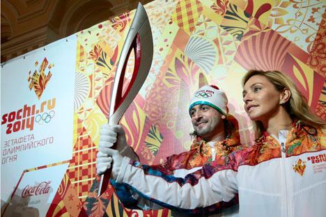 C'est la médaillée d'or olympique de patinage artistique Tatiana Navka qui a eu l'honneur d'être la première à porter la torche flambant neuve. Crédit photo : AP Photo/Mikhail Metzel