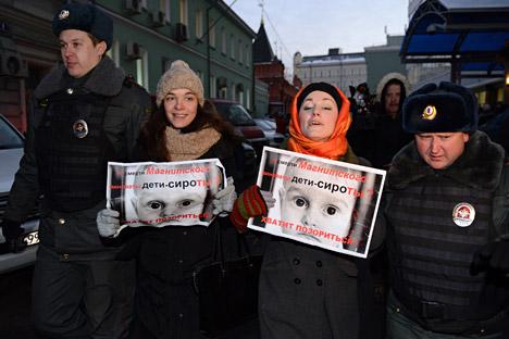 Trois cars des forces de l'ordre sont arrivés sur place pour arrêter les manifestants. Crédit : Maxim Blinov/RIA Novosti