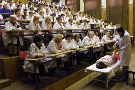 Afin de fournir des services médicaux complets pour les étrangers, tous les employés doivent parler anglais dans les établissements. Crédit photo: ITAR-TASS