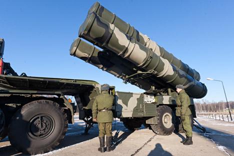 Les complexes « Triumph » (S-400) dénués de missiles ad hoc utilisent les restes des anciens systèmes S-300. Crédit photo : ITAR-TASS