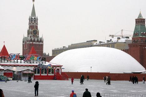La tente blanche remplit deux fonctions, protégeant les maçons contre le froid  et ménageant un pare-vue au chantier.Crédit : Arkadi Kolybalov/RG