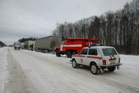 En raison de fortes accumulations de neige et de glace, et de l'absence de système d'approvisionnement en liquide de dégivrage, dans la nuit du 30 novembre, plusieurs camions n'ont pas été en mesure de franchir un tronçon abrupt de l'autoroute M10.