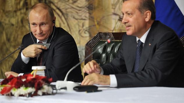 La réalisation de la partie marine a nécessité des négociations avec la Turquie. Sur la photo (de g. à dr.) : le président russe Vladimir Poutine et le premier ministre turc Recep Tayyip Erdogan. Crédit: Itar-Tass