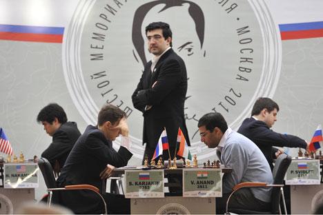 De gauche à droite : Hikaru Nakamura, Sergueï Kariakine, Vladimir Kramnik, Viswanathan Anand, Petr Svidler.  Crédit photo : RIA Novosti / Ramil Sitdikov