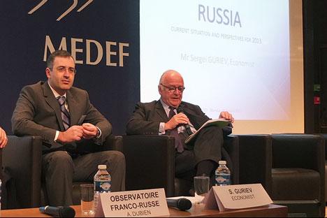 Sergueï Gouriev (à gauche) craint que le gouvernement ne fasse le choix stratégique d'augmenter les dépenses budgétaires ce qui peut mener à l'impasse. Crédit : Maria Tchobanov