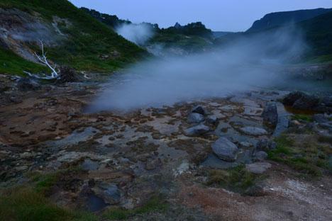 Au cours de ces expéditions, des scientifiques sibériens ont également pu étudier l'eau dans la vallée des geysers et dans la caldeira du volcan Ouzon. Crédit : Alexeï Koudenko/RIA Novosti
