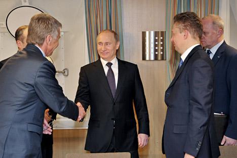Le PDG de Novatek Leonid Mikhelson, le président russe Vladimir Poutine et le PDG de Gazprom Alexeï Miller après la signature d'un accord sur la création d'une entreprise conjointe de production de gaz naturel liquéfié dans la péninsule de Yamal. Cré