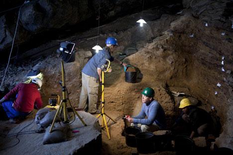 La dent de porc-épic et d'autres objets trouvés dans la grotte permettront aux scientifiques de reconstituer de manière plus fiable le climat de l'Oural. Crédit : Itar-Tass