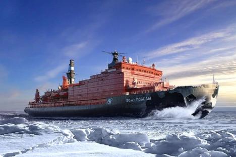"""La mission principale du brise-glace est d'ouvrir le passage aux navires à fort tonnage sur la Route maritime du Nord. Sur la photo le brise-glace """"50 ans de la Victoire"""". Source : service de presse"""