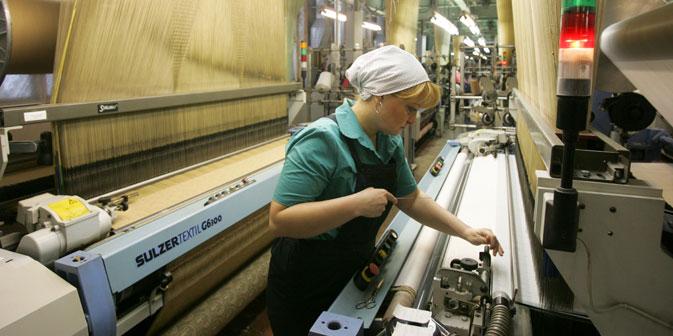 Avec leurs bas salaires, les ouvriers restent très dépendants, ce qui ne cadre pas avec l'idée de « prestige ». Crédit : PhotoXpress
